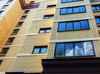 В квартирах установлены стеклопакеты с тройным остеклением, ламинированные под темное дерево
